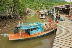 Veja à vila do ` s dos pescadores com as casas do pernas de pau e os barcos de pesca residenciais na maré baixa em Koh Chang, Tai imagem de stock royalty free
