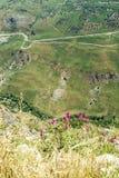 Veja abaixo do precipício das ameias do castelo do cruzado de Beaufort, província de Nabatieh, Líbano imagens de stock