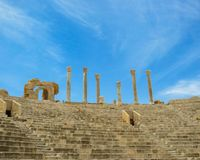 Veja acima das escadas e dos suportes da visão às colunas contra o céu no teatro romano antigo de Leptis Magna em Líbia foto de stock