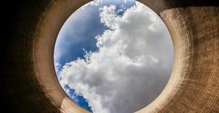 Veja acima de uma torre refrigerando do central elétrica ardente de carvão foto de stock royalty free