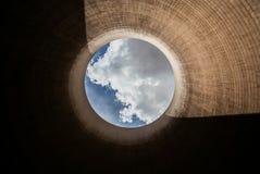 Veja acima de uma torre refrigerando do central elétrica ardente de carvão fotos de stock royalty free