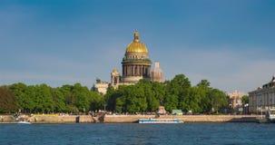 Veja a catedral de Isaac de Saint em St Petersburg do rio de Neva Rússia filme