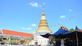 Veja a construção da paisagem e o chedi do templo de Wat Wachirathammasatit com o movimento da bandeira vídeos de arquivo