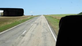 Veja da cabina do piloto um ônibus em uma estrada secundária Movimento lento filme