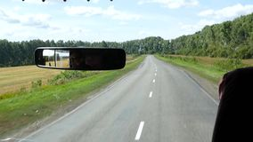 Veja da cabina do piloto um ônibus em uma estrada secundária Movimento lento vídeos de arquivo
