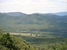 Veja dos diabos Marbleyard, via pública larga e urbanizada azul do cume do VA Fotos de Stock Royalty Free