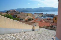 Veja em baixo ao porto da cidade velha de Portoferraio com o forte Stella no monte, ilha da Ilha de Elba Fotos de Stock Royalty Free