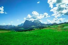 Veja em montanhas das dolomites pelo cume de Seiser fotografia de stock royalty free