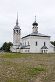 Veja a igreja da ressurreição e o quadrado central cobbled na cidade de Suzdal Rússia Fotos de Stock Royalty Free