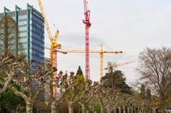 Veja nos guindastes de construção de trabalho no distrito financeiro de Francoforte - am - cidade principal fotos de stock royalty free