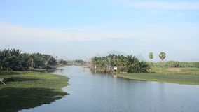 Veja o canal da paisagem na aldeia piscatória de Pak Pra da proibição e na montanha de Khao Oktalu filme