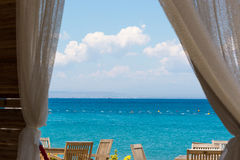 Veja o mar da janela da casa Imagem de Stock