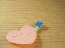 Veja-o na nota pegajosa, forma do coração com clipe de papel criado Imagens de Stock