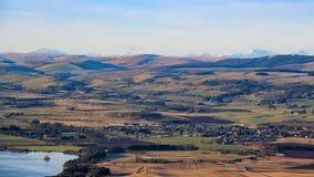 Veja o oeste dos montes de Lomond para Milnathort, Loch Leven, e montanhas cobertos de neve distantes, pífano, Escócia fotografia de stock