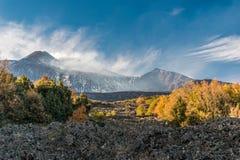 Veja o ot o flanco oriental do vulcão Etna, em Sicília; no fundo a cratera do sudeste, no primeiro plano um fluxo de lava árido foto de stock royalty free