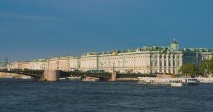 Veja o palácio do inverno em St Petersburg do rio de Neva Rússia filme