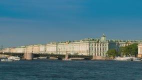 Veja o palácio do inverno em St Petersburg do rio de Neva Rússia video estoque