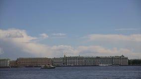 Veja o palácio do inverno em St Petersburg do rio de Neva Rússia O barco flutua no rio de Niva após o palácio do inverno dentro vídeos de arquivo