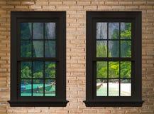 veja o seascape da janela e da parede de tijolo de madeira, cidade de pattaya, t Imagem de Stock Royalty Free