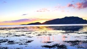 Veja a opinião agradável da silhueta da montanha e do mar na noite Por do sol sobre as montanhas acima do Mar do Norte Nadada das video estoque