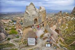 Veja a paisagem com rocha antiga as casas cinzeladas no turco Kapadokya de Nevsehir Fotografia de Stock