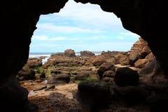 Paisagem da praia das cavernas imagens de stock royalty free
