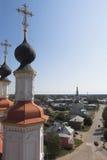 Veja a rua de Lenin na cidade Totma da igreja da torre de sino da entrada no Jerusalém fotografia de stock