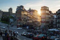 Veja uma das ruas no centro histórico da baixa velha de Porto Imagem de Stock
