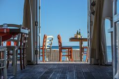 Veja a vista/restaurante, as tabelas e as cadeiras foto de stock royalty free