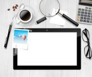 Vektor über Ansicht eines Holztischs und Büromaterial auf ihm Stockfotografie