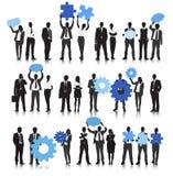 Vektor av affärsfolk som rymmer kugghjulet och anförandebubblan Royaltyfri Fotografi