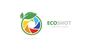 Vektor av en kombination för logo för kameraslutare och blad Fotografi och ecosymbol eller symbol Unik foto och naturligt Royaltyfria Bilder