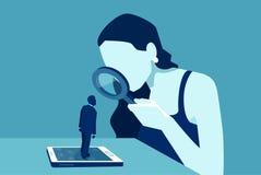 Vektor av en kvinna med förstoringsglaset som ser ett mananseende på smartphonen eller minnestavlan Arkivfoton
