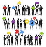 Vektor av symboler för massmedia för affärsfolk hållande sociala vektor illustrationer