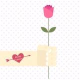 Vektor der männlichen Hand und des Armes mit Herztätowierung mit Wort glücklichem Valentinsgruß, der jemand nette Rosarose gibt lizenzfreies stockfoto