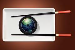 Vektor des Kameraobjektivs auf weißer Platte mit Essstäbchen Lizenzfreies Stockfoto
