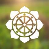 Vektor Dharma Wheel in Lotus Flower auf einem kosmischen Hintergrund Stockbilder