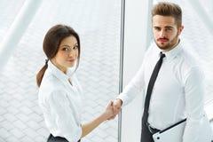 vektor för folk för affärsillustrationjpg Lyckad affärspartner som skakar händer i th Royaltyfri Bild