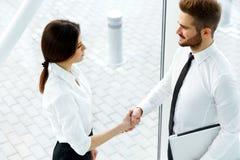 vektor för folk för affärsillustrationjpg Lyckad affärspartner som skakar händer i th Royaltyfri Fotografi