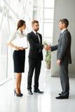 vektor för folk för affärsillustrationjpg Lyckad affärspartner som skakar händer i th Arkivfoton