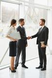 vektor för folk för affärsillustrationjpg Lyckad affärspartner som skakar händer i th Arkivfoto