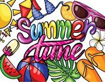 VEKTOR-Illustration mit Handbeschriftungs-Sommerzeit mit buntem Strandelementhintergrund f?r Sommersaison stockfotografie