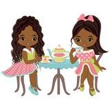 Vektor-nette kleine Afroamerikaner-Mädchen, die Tee trinken Stockfotos