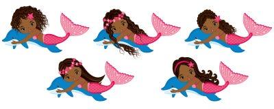 Vektor-nette kleine Meerjungfrauen, die mit Delphinen schwimmen Vektor-Afroamerikaner-Meerjungfrauen lizenzfreie abbildung