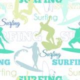 Vektor som surfar design för yttersida för modell folkKalifornien för blå gräsplan sömlös med män, kvinnor på bränningbräden Royaltyfri Foto