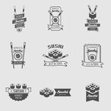 Vektor-Sushifirmenzeichen eingestellt 9 Logos mit Sushirollen und Essstäbchen Lizenzfreie Stockfotografie