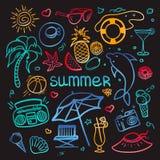 Vektor-von Hand gezeichneter Gekritzelsatz Gegenstände und Symbole in der Neonart für Sommerferien lizenzfreie abbildung
