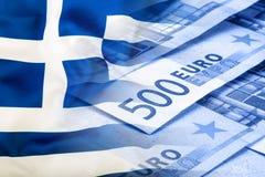 Vektor vorhanden Fokus auf Seil Fünf, 10 und fünfzig Eurobanknoten Bunte wellenartig bewegende Griechenland-Flagge auf einem Euro Stockfoto