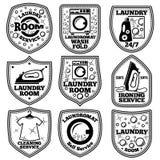 Vektor-WäschereiKennsatzfamilie Mit Waschautomaten, Eisen, Kleidung, Blasen, Reinigungsmittel usw. lizenzfreie abbildung