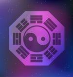 Vektor Yin und Yang Symbol und acht Trigrams auf einem kosmischen Hintergrund Stockbild